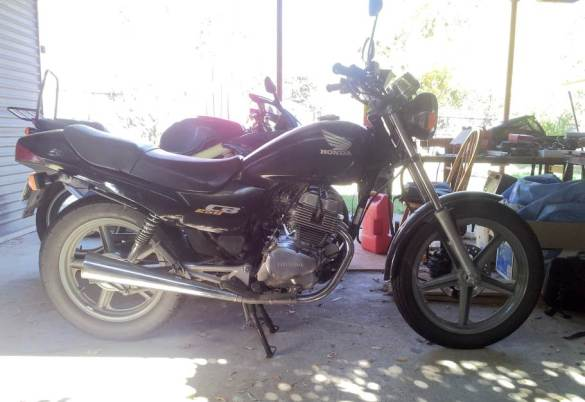 The starting point. a 1998 Honda CB250, with 92,000km on the clock. Nothing special about this little guy